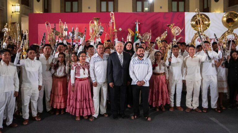 AMLO entrega instrumentos a músicos oaxaqueños en Palacio Nacional