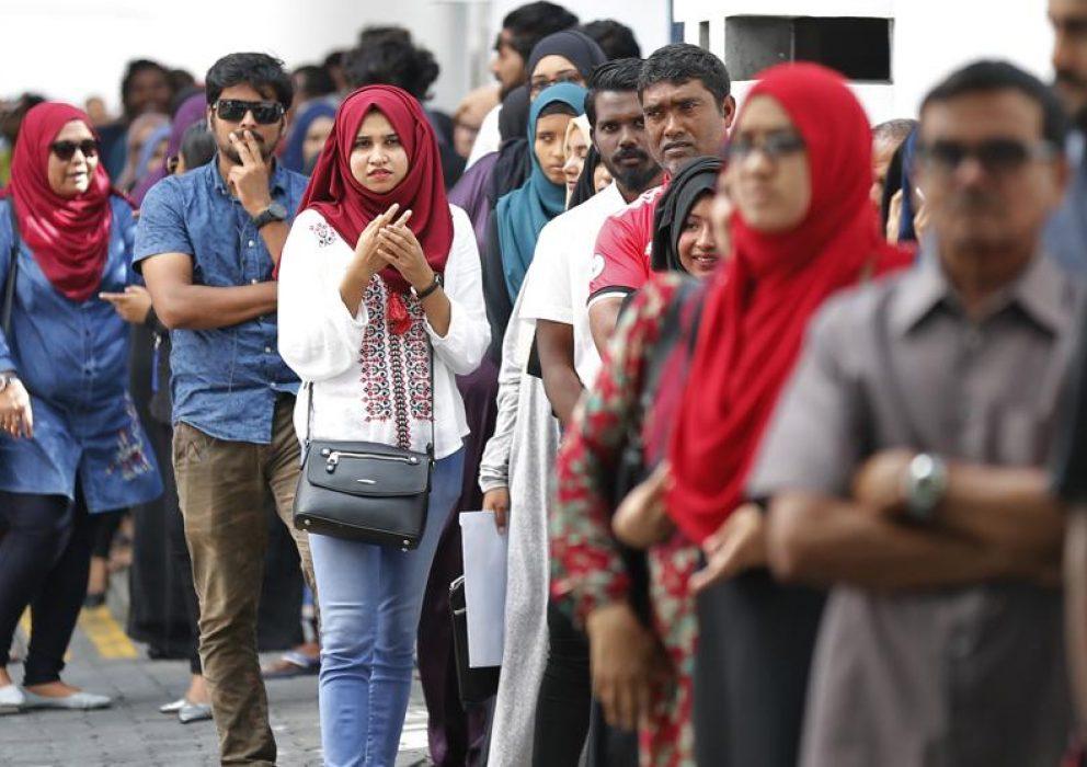 Largas colas para votar en las elecciones presidenciales de la Maldivas, en Male (Eranga Jayawardena / AP)